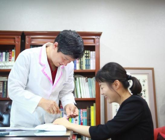 중년 여성의 만성피로, 원인은 무엇일까요? 부신 피로 증후군! [대전유앤그린 여성한의원]